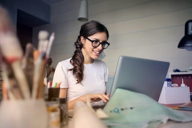 35+1 hirdetési ötlet ingyen iroda női vállalkozás, dolgozik