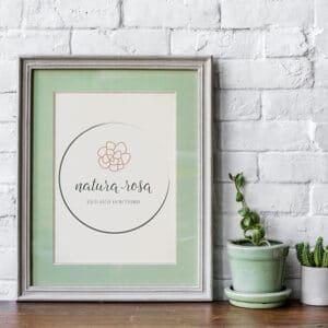 Natura Rosa elsődleges logó,Natura Rosa pecsét/Natura Rosa másodlagos logó, Natura Rosa tavaszi virágos, retro, letisztult, pink, nőies logó kisvállalkozásoknak. Kozmetika, natur termékek, virágüzlet, illóolaj, parfume, fodrászat, ruházati vállalkozás, tervezőiroda, tanácsadás, coaching, kézműves vállalkozás, lakberendezés és más vállalkozási ág is személyre szabhatja és egyedivé teheti vele a vállalkozását.